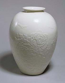 白磁蝶牡丹浮文大瓶