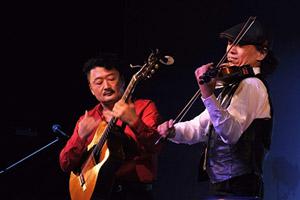 ジュスカ・グランペール(ギター、ヴァイオリン)