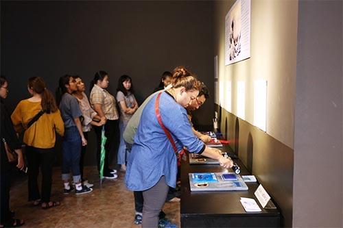 長蛇の列ができるほど大人気の多色刷り版画の体験コーナー