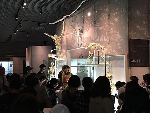 国立科学博物館で展示室内見学中