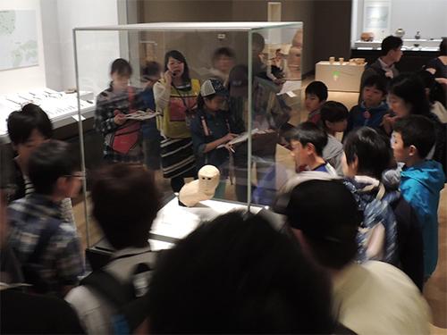 考古展示室で解説