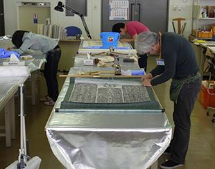 NPO法人文化財保存支援機構とともに奥州市埋蔵文化財センターで行った拓本の安定化処理作業