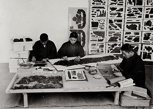 正倉院裂と聖語蔵経巻の修理風景写真
