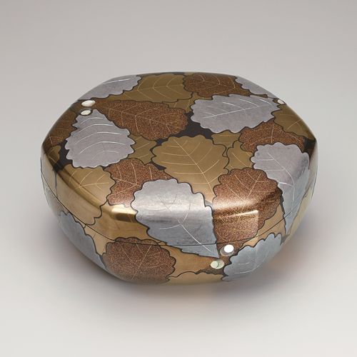 Hexagonal covered box with oak leaf design in maki-e and mother-of-pearl inlay, Murose Kazumi