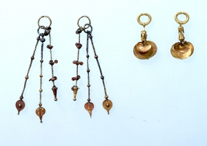 """Image of """"2 pairs of gold earrings."""""""