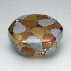 """Image of """"Hexagonal covered box with oak leaf design in maki-e and mother-of-pearl inlay, Murose Kazumi, 2014 (Private collection)"""""""